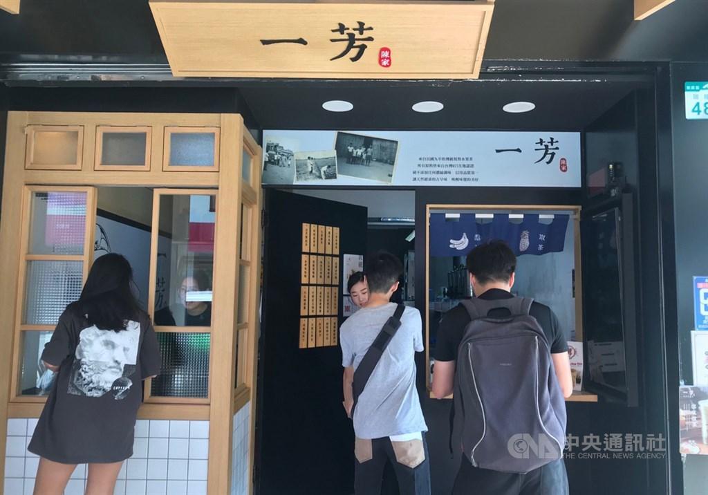 一芳水果茶針對香港罷工在微博發文,指堅決維護一國兩制,反對暴力罷工。高雄瑞隆店6日一早開門營業,希望生意不受影響,並在網路社群發出愛台灣聲明。中央社記者王淑芬攝 108年8月6日