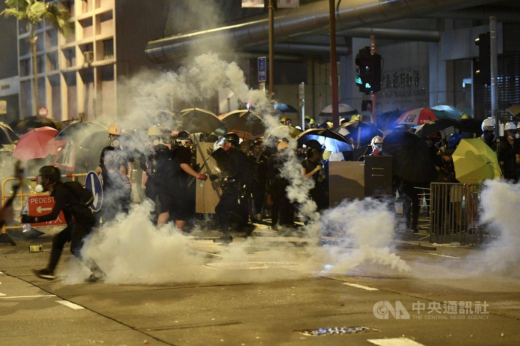 反送中5日發起「三罷」7區集會,引發全港大混戰,示威者兵分多路圍攻13間警署,到處封街、縱火。圖為警方在北角發射催淚彈驅離示威者。(中通社提供)中央社 108年8月6日