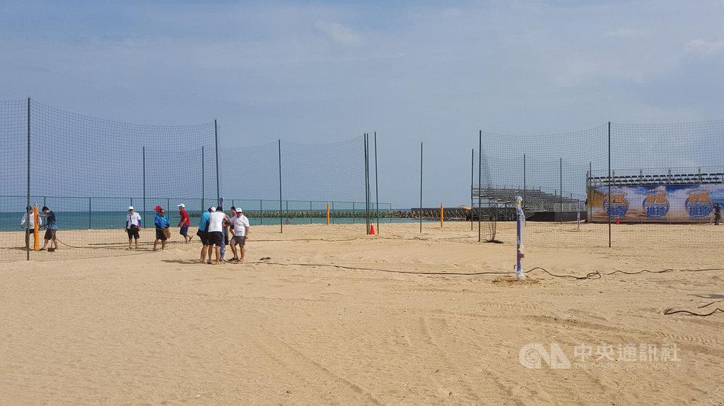 2019亞洲沙灘排球公開賽澎湖站,7日在澎湖縣湖西鄉隘門沙灘開打,中華排球協會工作人員早在月初進駐,全力進行5處賽場的整理,以合乎國際比賽的規格。中央社 108年8月6日