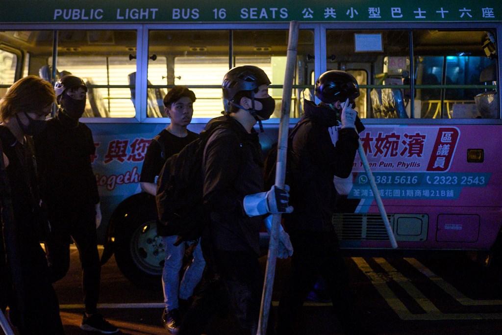 香港5日同步登場的「三罷」、7地集會及不合作運動,警民衝突持續到6日凌晨。(法新社提供)