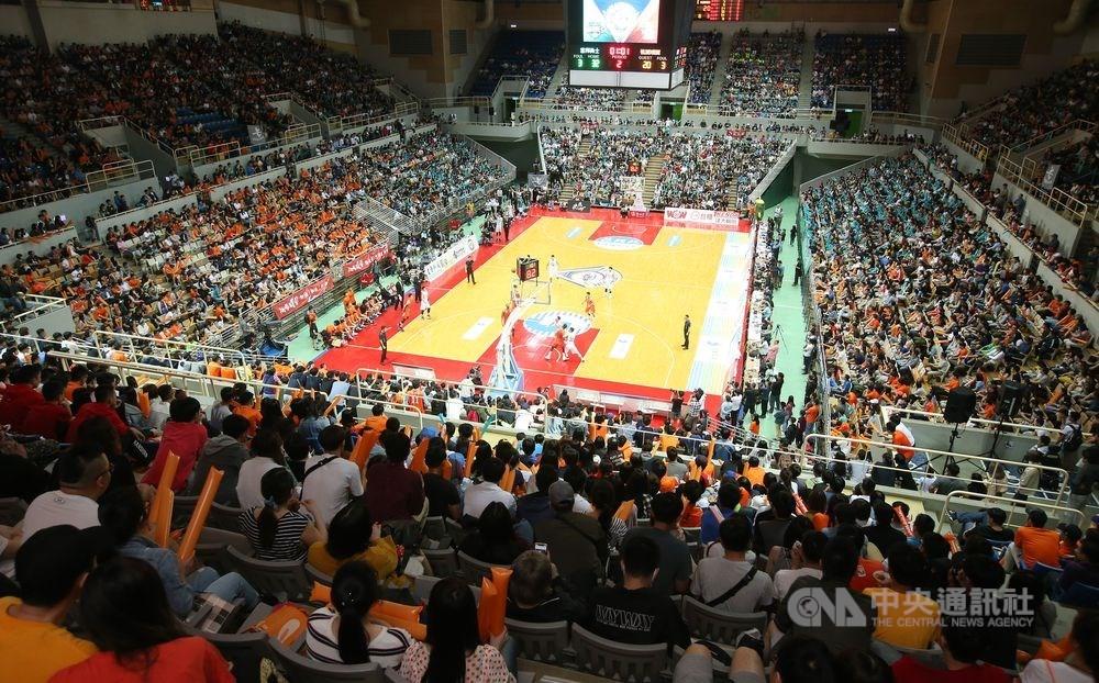 中華籃球協會7日召開超級籃球聯賽(SBL)球團會議,由於參賽球隊由原先的7隊縮水成5隊,因此賽制也做出重大改變。圖為第15季SBL超級籃球聯賽總冠軍系列賽。(中央社檔案照片)