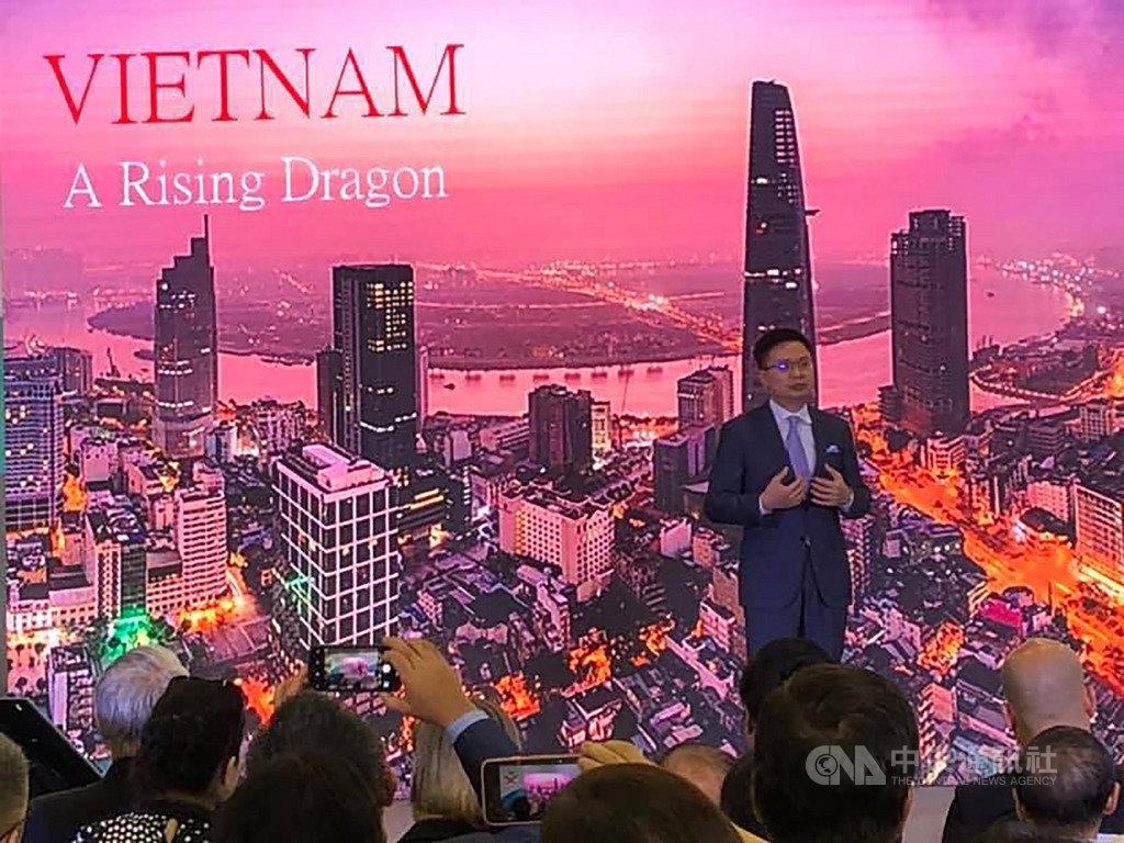 貿協董事長黃志芳說明,越南的投資環境對於台商而言是極具潛力,雖然目前這個市場面臨多的國家的競爭,但是台灣由於文化、風俗與節慶,都與越南相似,因此台商進入這個市場仍有優勢。中央社記者吳柏緯河內攝 108年8月7日