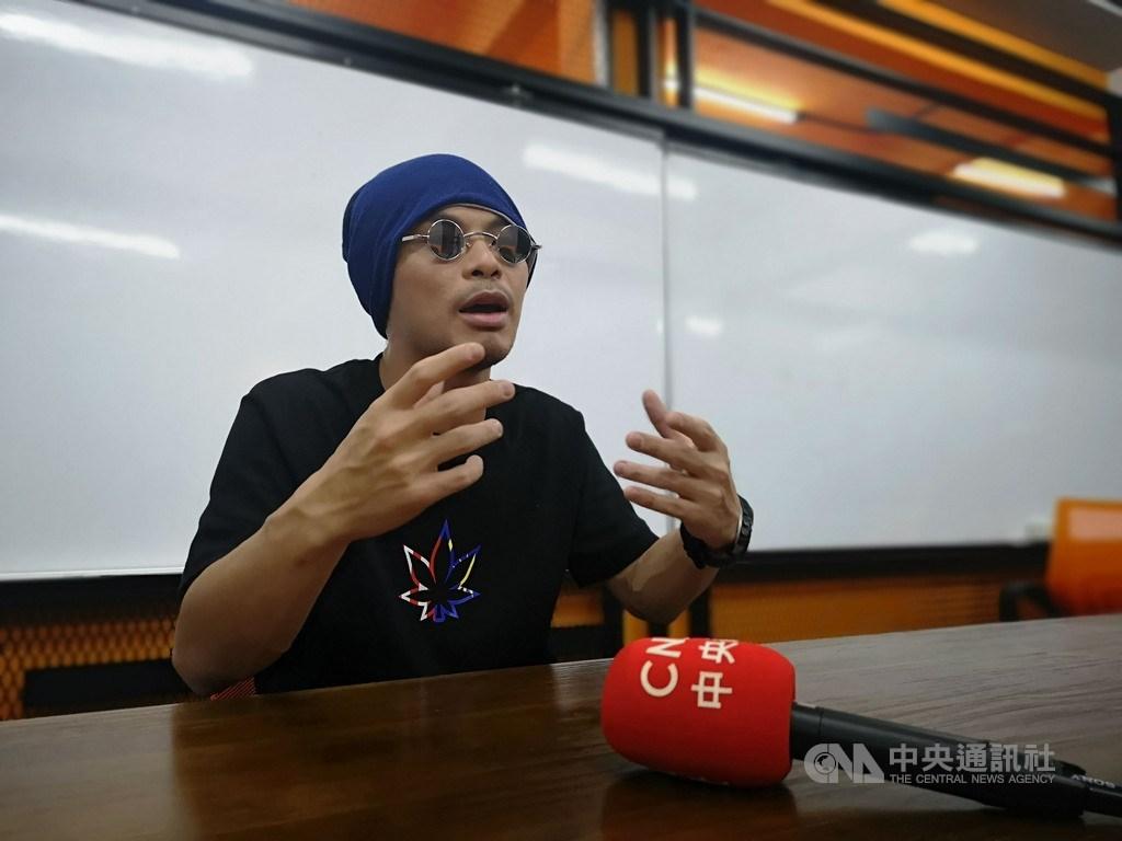 有「馬來西亞創作鬼才」之稱的黃明志寫歌常帶批判,過去多次遭警方逮捕,但他並不退縮,不放棄這樣的創作方式。中央社記者蘇麗娜吉隆坡攝 108年8月7日
