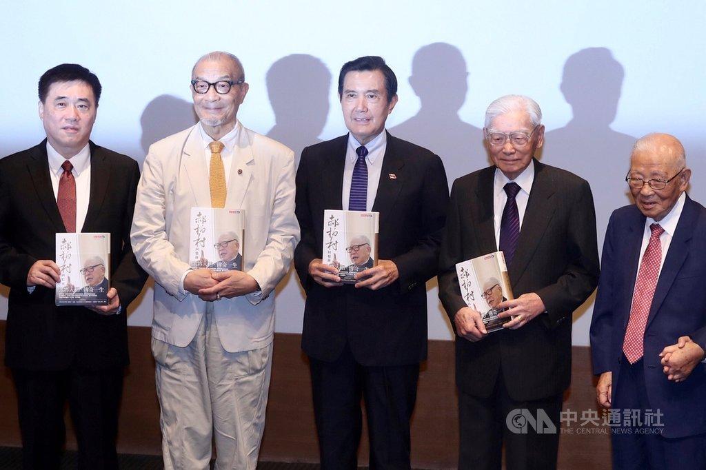 前總統馬英九(中)、國民黨副主席郝龍斌(左)8日在台北誠品信義店出席「郝柏村回憶錄」新書發表會,與來賓拿著書籍合影留念。中央社記者吳翊寧攝 108年8月8日
