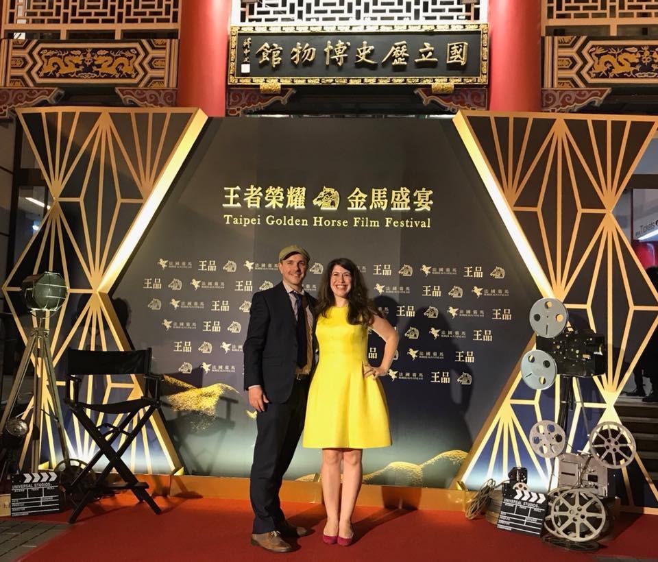 AIT發言人孟雨荷(右)去年代表AIT參加金馬影展開幕酒會。(圖取自facebook.com/AIT.Social.Media)