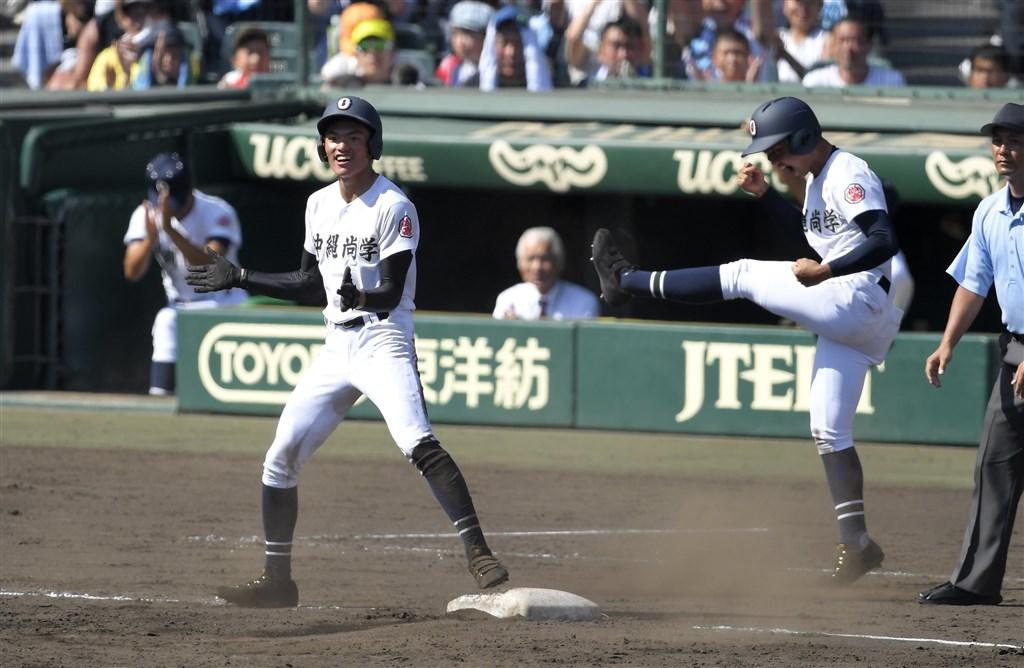 沖繩尚學高校的台灣留學生崔哲瑋(左)9日在與習志野高校的比賽中,敲出中間方向三壘安打,帶有2分打點。(共同社提供)