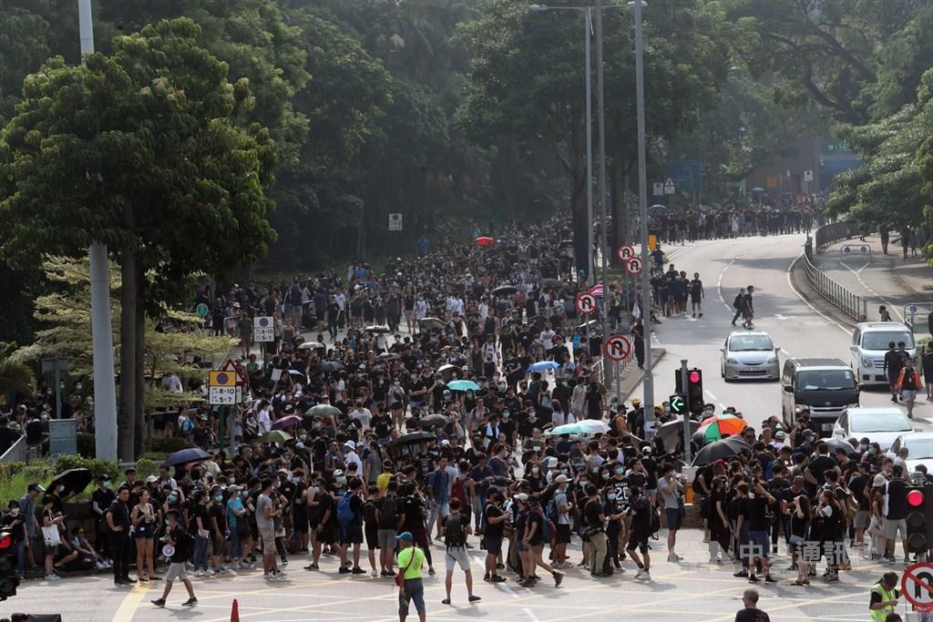 香港「反送中」運動依然持續,10日下午舉行的大埔遊行雖已遭警方否決,但仍有大批民眾到場;一些與會者說,自發前來參加是為繼續支持撤回草案,以及調查警方是否濫用武力對付示威者等訴求。中央社記者吳家昇攝 108年8月10日