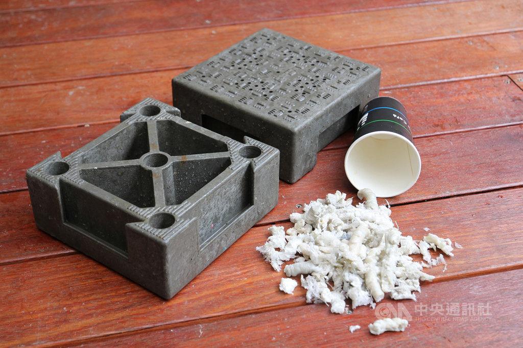 菲律賓籍發明家蔡昇倫研發「淨斯福慧環保連鎖磚」,是使用紙盒、紙杯內的「防水塑膠膜」製作而成,將塑膠廢棄物變身實用的環保透氣磚塊,耐用度、韌性不輸水泥磚,8日取得專利。(花蓮慈濟醫院提供)中央社記者張祈傳真 108年8月10日