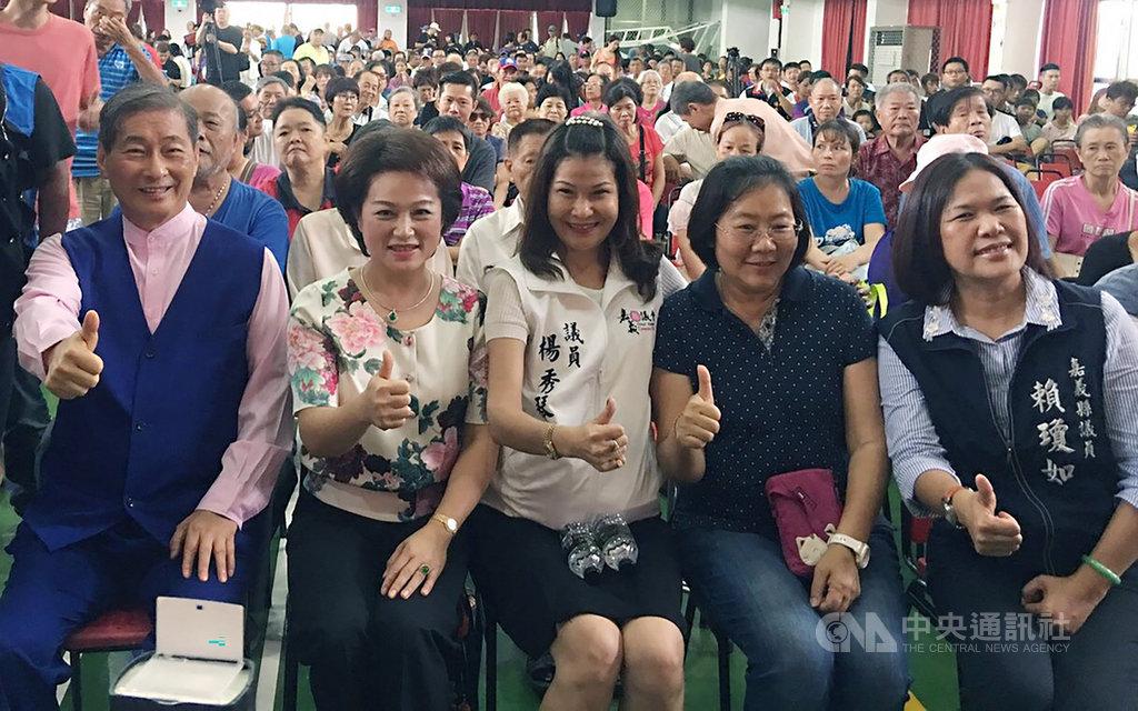 中華統一促進黨10日在嘉義縣民雄國中辦巡迴講座,總裁張安樂(前左)出席受訪時表示,2020年總統大選全黨將支持國民黨提名參選人韓國瑜。中央社記者葉子綱攝  108年8月10日