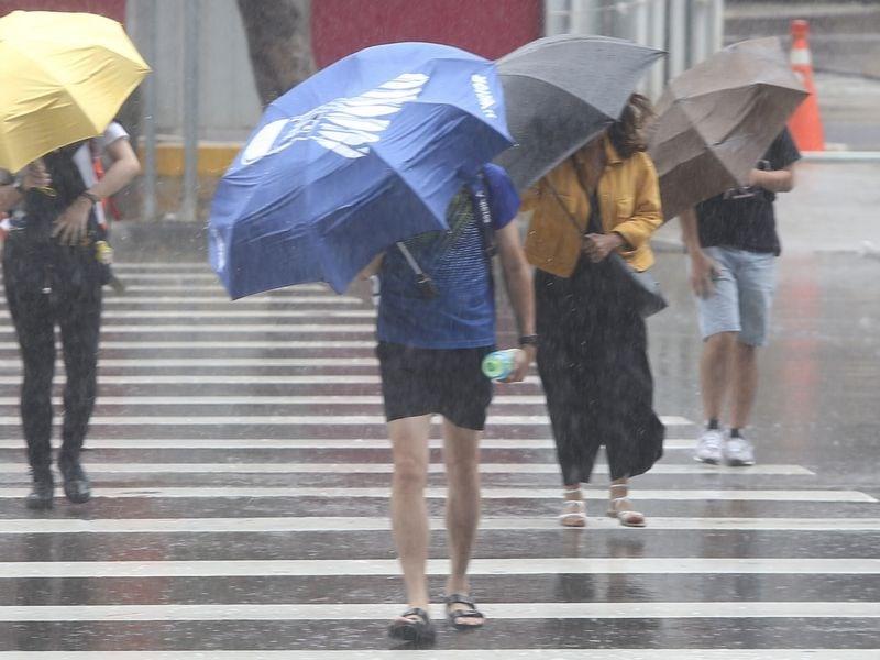 中央氣象局10日上午解除颱風利奇馬海上颱風警報,受颱風外圍環流及西南風影響,中南部應防大雨或豪雨。(中央社檔案照片)