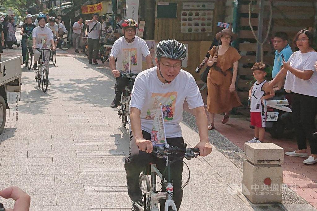 台北市長柯文哲(前)11日在台南安排「風騎雲湧」祈福漫遊行程,計畫以騎自行車方式造訪多間宮廟。中央社記者楊思瑞攝 108年8月11日