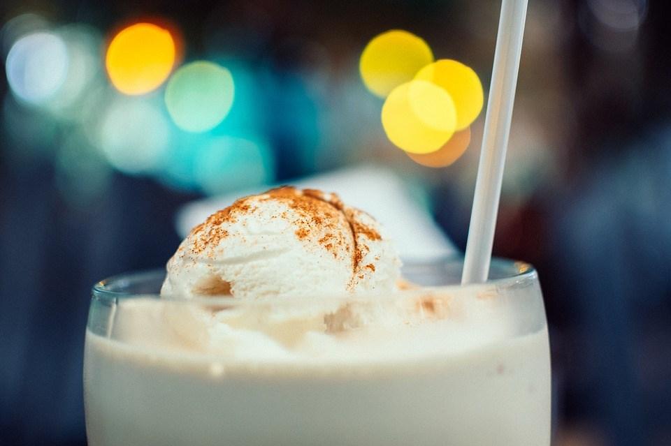 醫師提醒,含糖飲料中的果糖會增加癌症、心血管疾病、脂肪肝風險,建議能不喝就不喝。(示意圖/圖取自Pixabay圖庫)