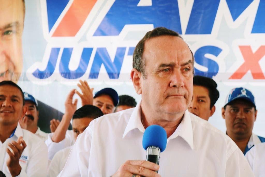 友邦瓜地馬拉總統候選人吉昂馬岱(前)12日自行宣布當選。(圖取自facebook.com/AlejandroGiammattei)