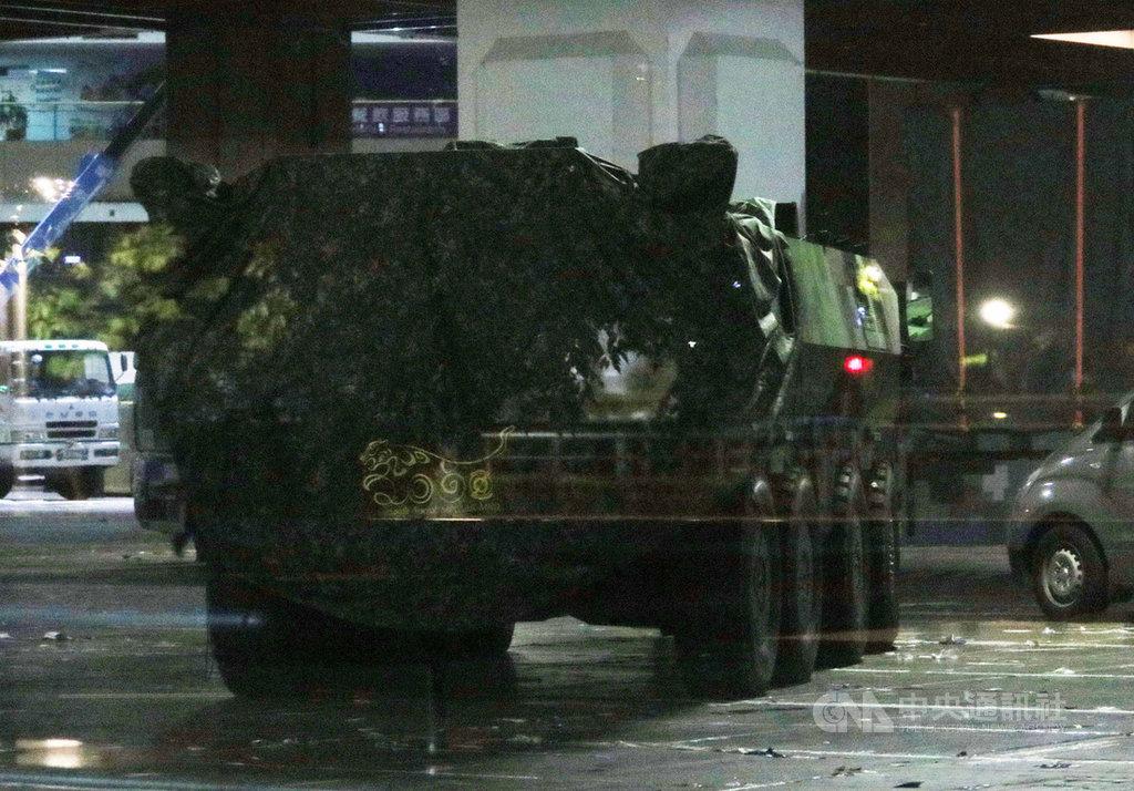 台北國防工業展15日將登場,雲豹八輪甲車M2樣車12日凌晨已透過板運方式從南投集集進駐台北世貿一館。(民眾提供)中央社記者游凱翔傳真 108年8月12日