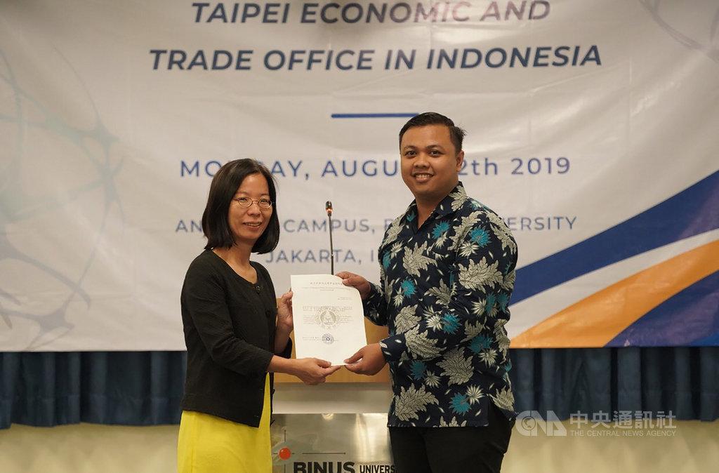 駐印尼代表處教育組組長歐淑芬12日將獎學金證書,授予將於9月到東吳大學學習華語的印尼記者泰迪(Tedy Trisetio)。 中央社實習記者張璦雅加達攝 108年8月12日