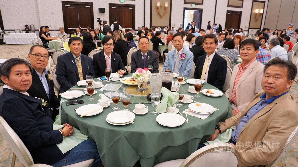 旅美企業家楊信(右4)出席北美彰化同鄉會2019年會,他今年挑選5所南加州名校設立獎學金,幫助台灣留學生,總金額超過新台幣1.7億元。中央社記者林宏翰洛杉磯攝  108年8月12日