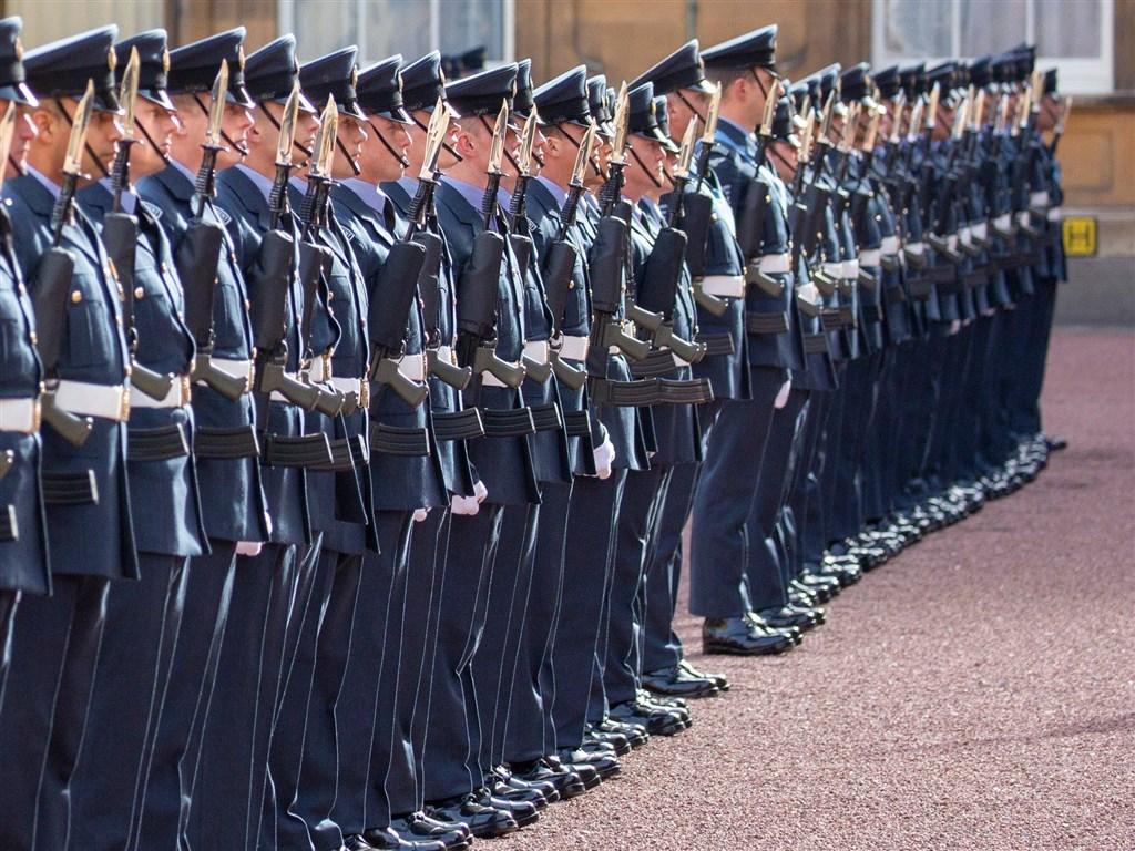 英國皇家空軍成立101年來,將首次全面開放「鬚禁」,允許空軍留鬍鬚。(圖取自facebook.com/royalairforce)