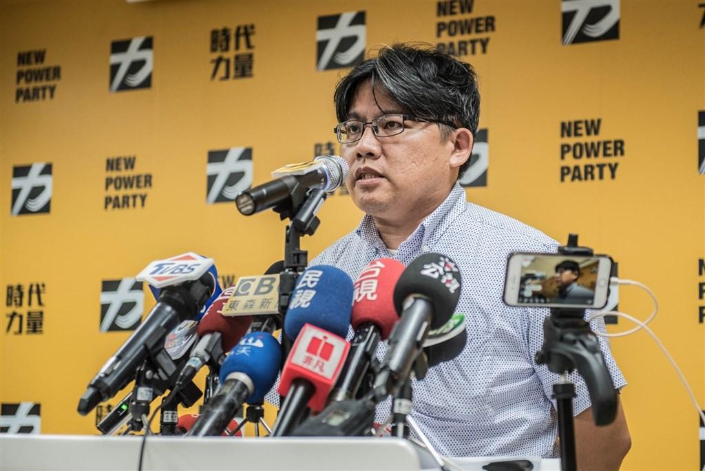 時代力量黨主席邱顯智12日中午宣布辭去黨主席職務,並表示期待新任主席繼續開創出路。(圖取自facebook.com/LawyerHandyChiu)