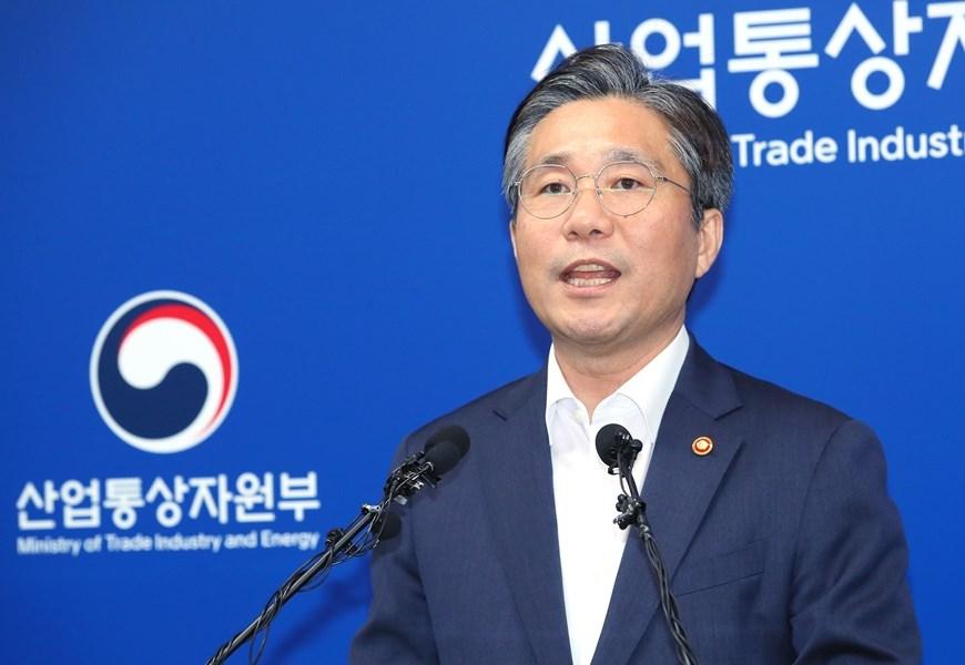 南韓12日決定把日本從出口優惠國「白名單」中剔除。產業通商資源部長官成允模表示,日本政府若要協商,南韓隨時奉陪。(韓聯社提供)