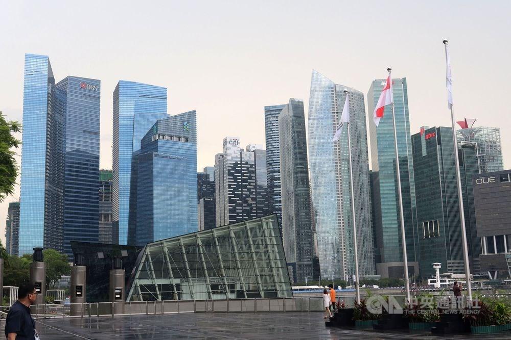 新加坡政府13日表示,預期2019年經濟成長下修至零到1%,相較上次預測成長1.5%到2.5%,呈現巨幅滑落。圖為新加坡金融商圈的商辦大樓。(中央社檔案照片)