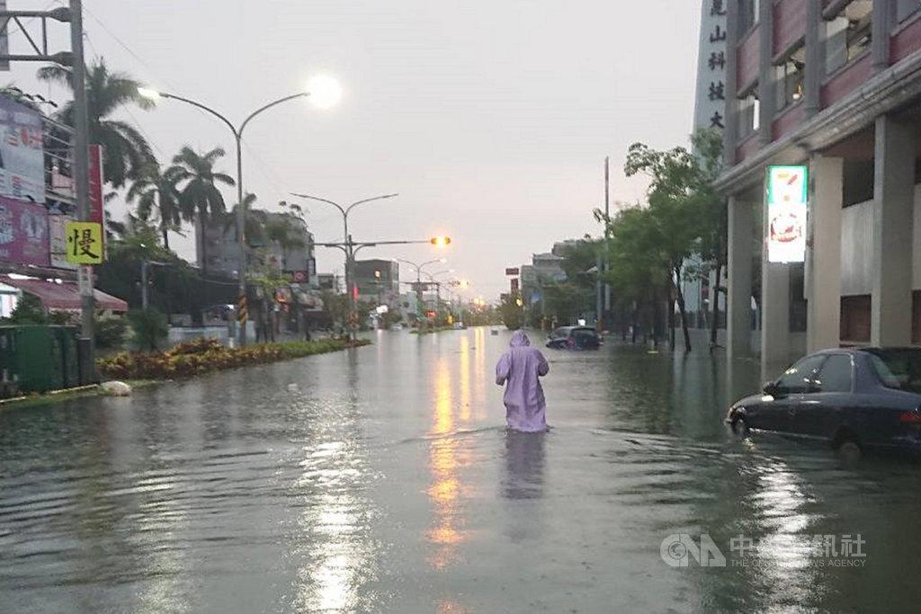 台南地區12日晚間開始下起大雷雨,永康區崑大路13日清晨出現積淹水情況,水面最深可達成人大腿處。中央社記者楊思瑞攝 108年8月13日