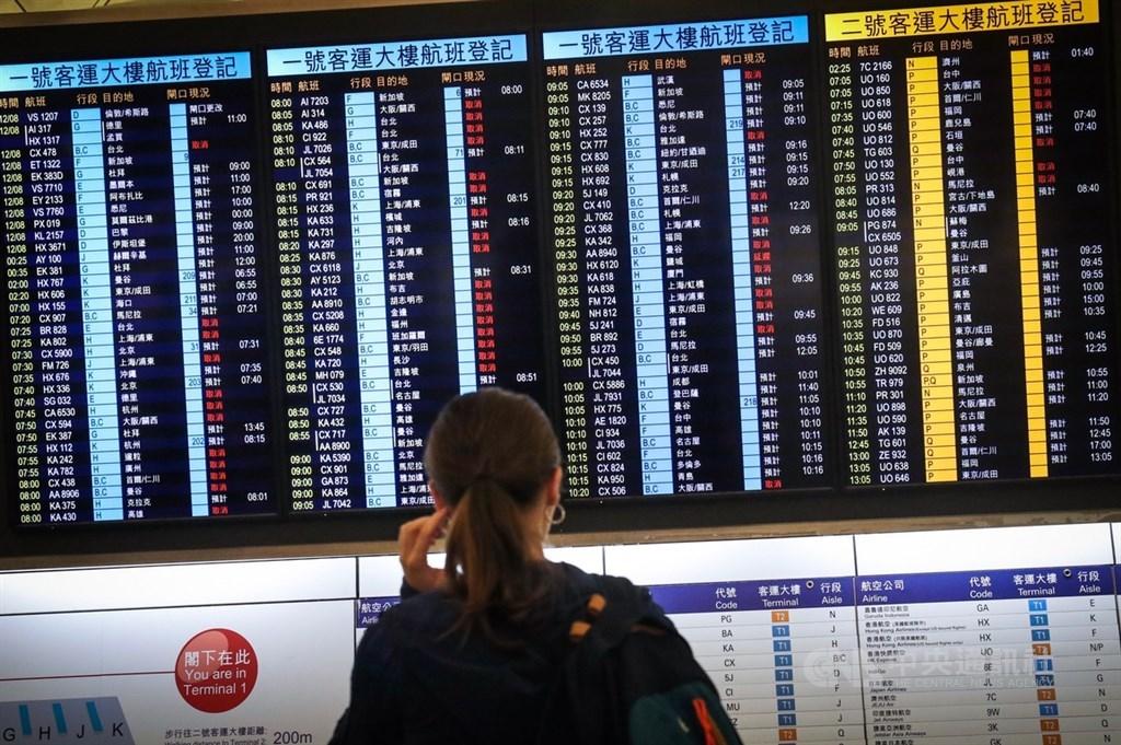 香港反送中示威者號召全民罷工、百萬人塞爆機場,造成香港機場12日下午4時起全數航班取消,13日班機航班大亂。中央社記者吳家昇攝 108年8月13日