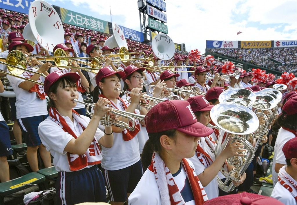 日本夏季甲子園13日進行第8天賽事,立命館宇治高校管樂隊吹響「京阿尼」人氣作品「吹響吧!上低音號」主題曲。(共同社提供)