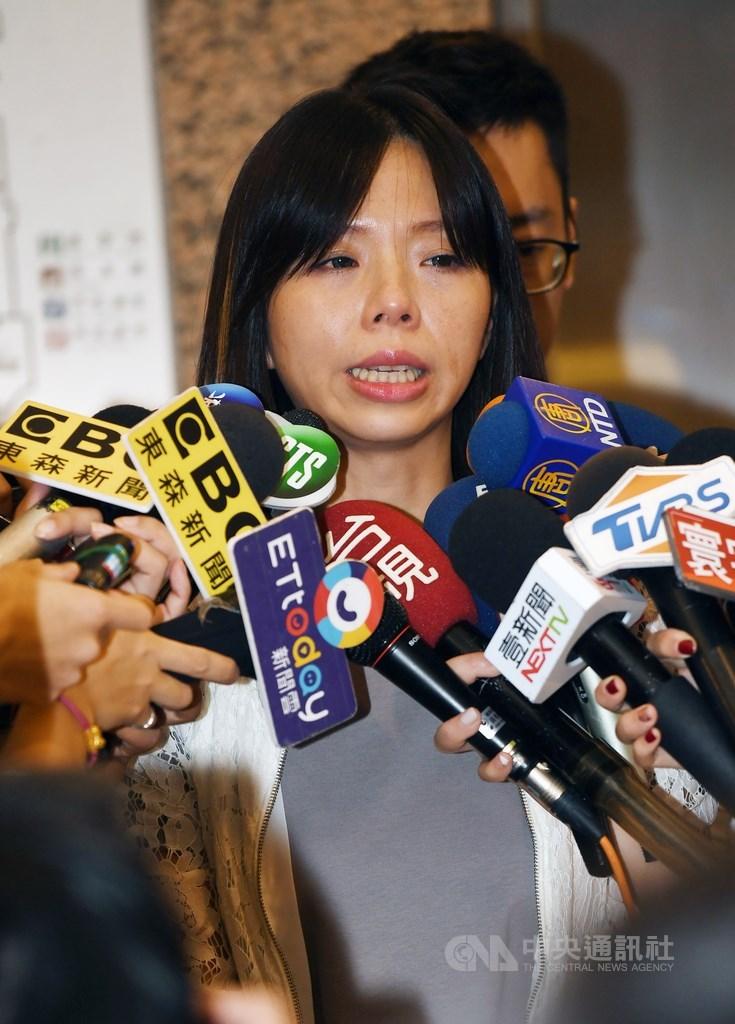 時代力量近來風波不斷,黨籍立委洪慈庸(中)13日下午在台北舉行記者會宣布退黨,她表示,還是沒有感受到黨內要處理路線分歧問題,退黨後將以無黨籍身分繼續投入立委選戰。中央社記者施宗暉攝 108年8月13日