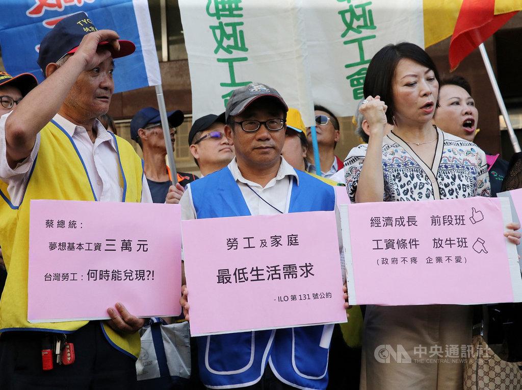 勞動部14日召開基本工資審議委員會第34次會議,全國產業總工會在場外舉行基本工資調漲記者會,提出訴求。中央社記者郭日曉攝 108年8月14日