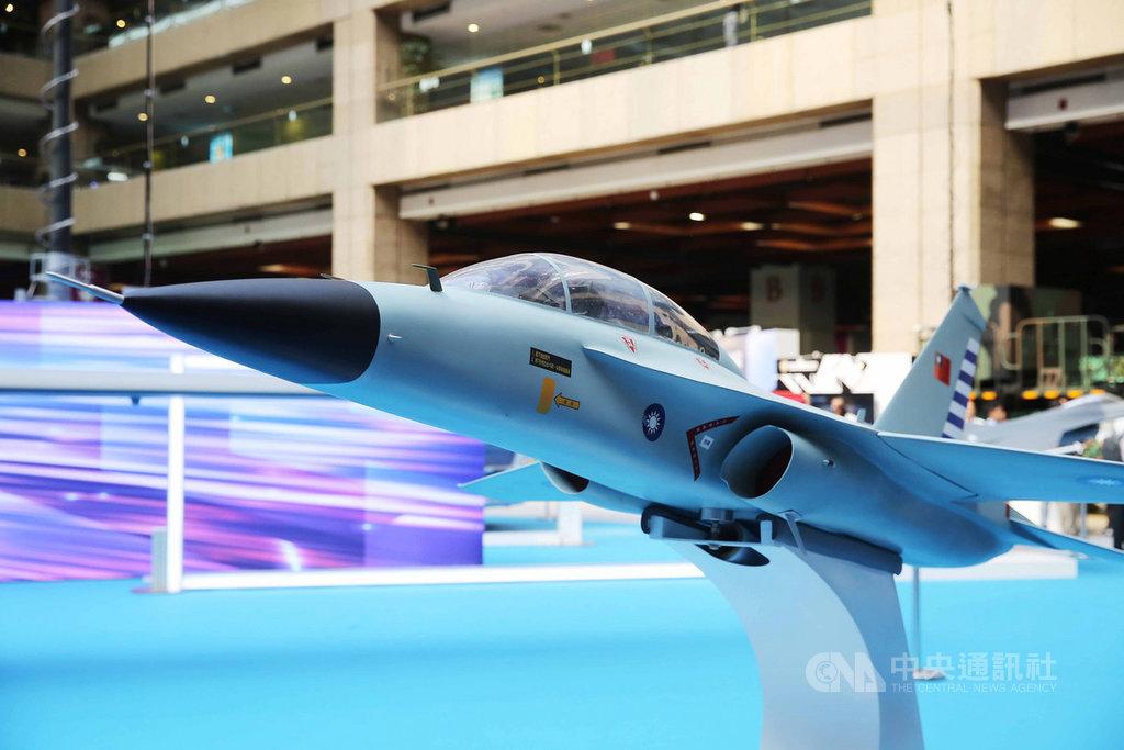1/4大小的新式高教機模型(圖)15日至17日在台北國防展展出,中科院14日表示,首架將在9月26日在台中舉辦出廠典禮,預計109年6月首飛,目前組裝進度均正常。中央社記者游凱翔攝 108年8月14日