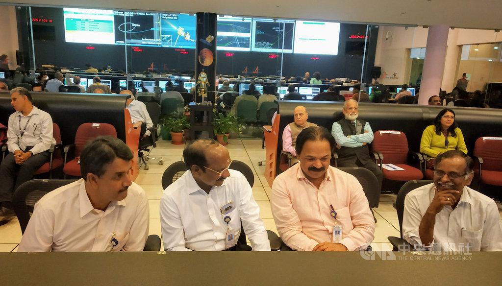 印度太空研究組織(ISRO)主席席萬(左2)14日與其他科學家在ISRO班加羅爾遙測、追蹤與指揮網路控制中心,指揮和操控「月球飛船二號」變換軌道朝向月球航道。(ISRO提供)中央社記者康世人新德里傳真 108年8月14日
