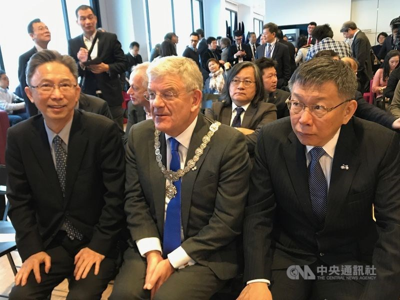 前駐荷蘭代表周台竹(前左)接任台北市政府發言人。圖為2018年台北市長柯文哲(前右)訪荷,時任駐荷代表的周台竹陪同。(中央社檔案照片)