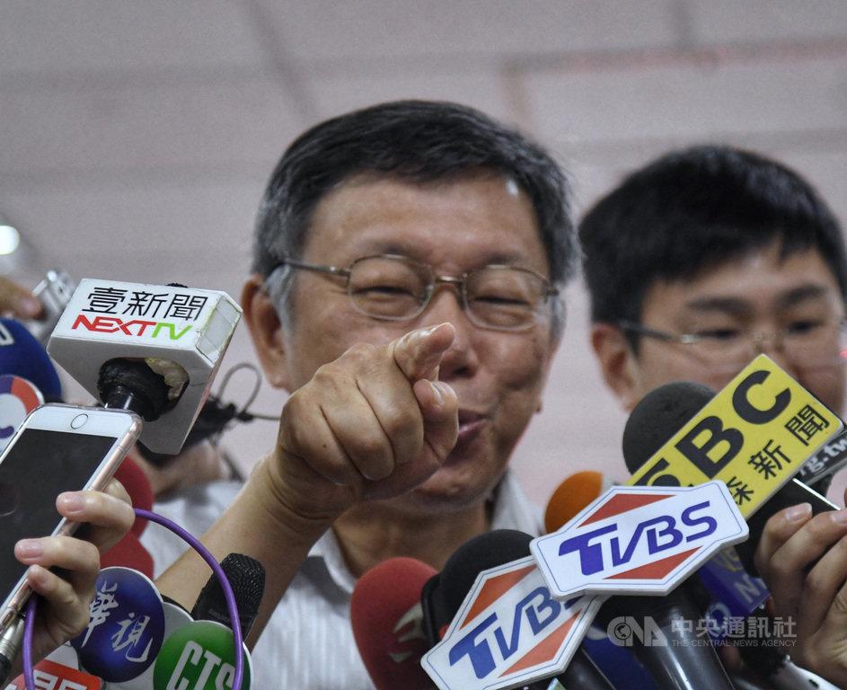 香港反送中遊行延燒,台北市長柯文哲(前)14日上午與內湖區里長座談,接受媒體聯訪時,勸告北京政府要好好思考,不能再讓六四事件重演,否則過去30年的經濟成長一夕之間全毀。中央社記者王飛華攝  108年8月14日