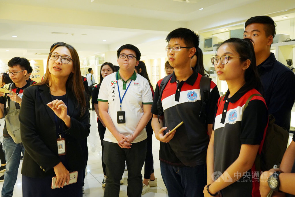 台灣22位大學生14日到馬來西亞當地華人媒體星洲日報,於星洲日報總社大廳合影留念。中央社實習記者張廖永臻吉隆坡傳真  108年8月15日