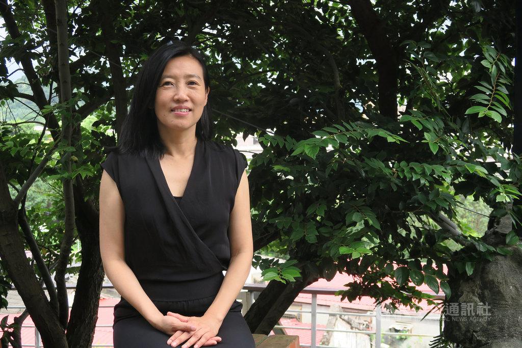作家胡晴舫卸下光華新聞文化中心主任職務,投入創作,交出長篇小說「群島」,探討人性本質是要找回親密感的課題。中央社記者陳政偉攝 108年8月15日