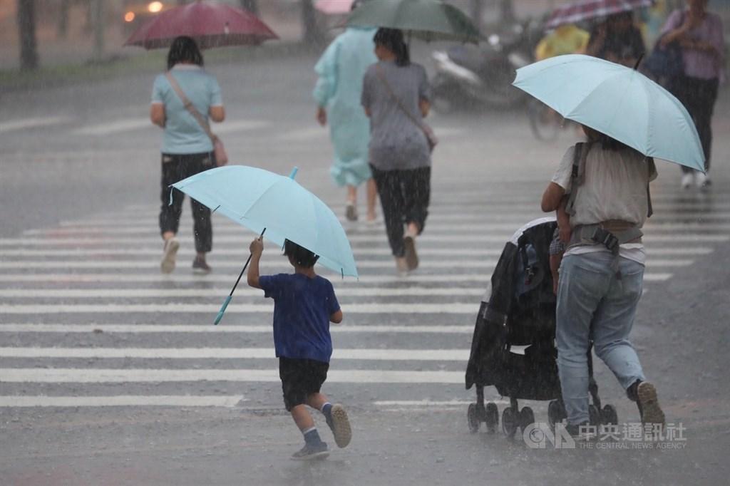 西南風偏強,中央氣象局15日晚間持續發布中南部9縣市大雨及豪雨特報。(中央社檔案照片)