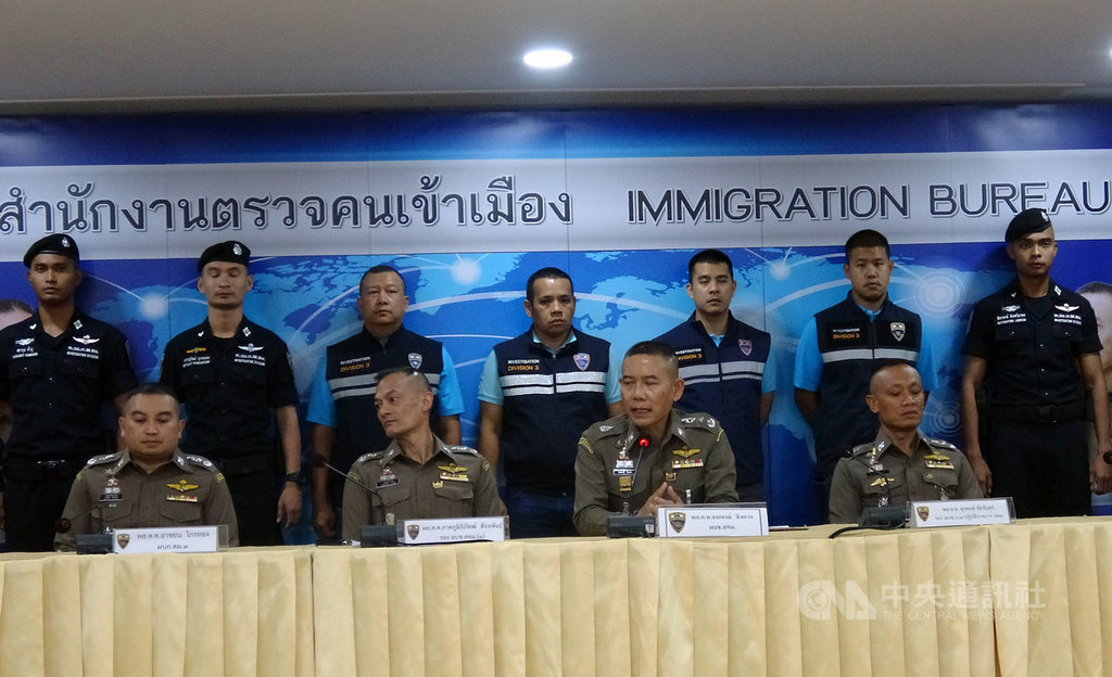 台泰警方攜手破獲電信詐騙案,14日在春武里府逮捕13名台籍嫌犯,泰國移民局長宋蓬(前排右2)15日舉行記者會說明案情。中央社記者呂欣憓曼谷攝 108年8月15日