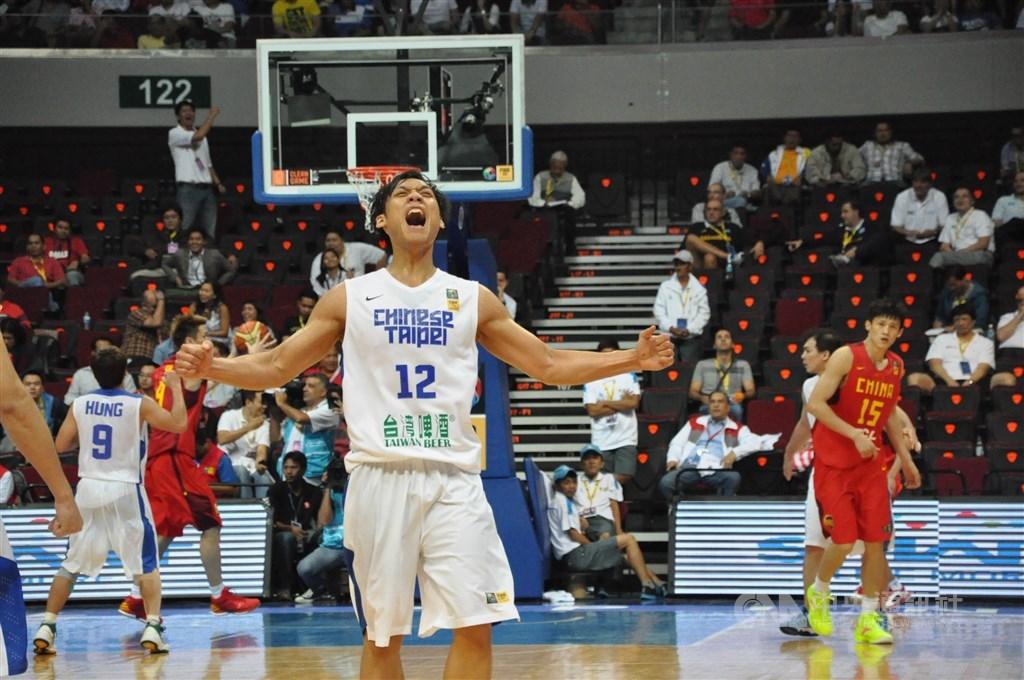 富邦勇士15日宣布,台灣籃壇看板球星「野獸」林志傑(前)新球季確定返台加盟。圖為2013年男籃亞錦賽。(中央社檔案照片)