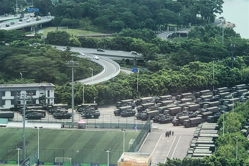 15日上午,數千名中國軍人進行演習,還有大量部隊車輛停在深圳體育場附近。(法新社提供)