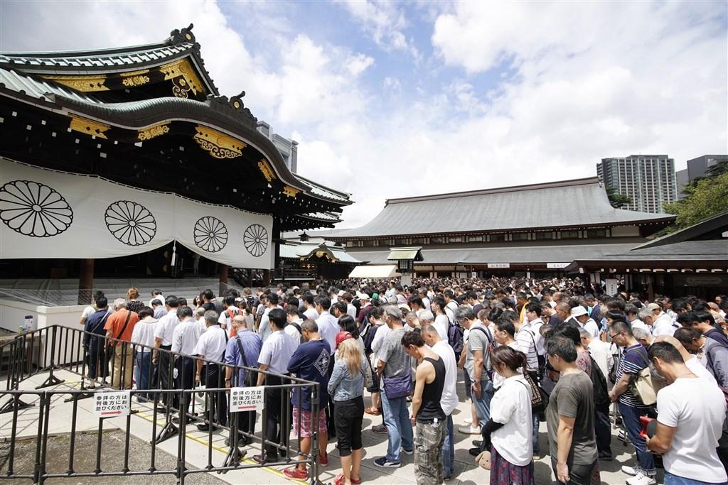 日本在二次大戰戰敗滿74週年,15日許多民眾前往靖國神社參拜。(共同社提供)