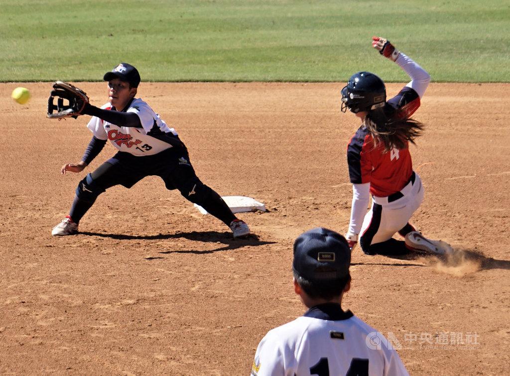 中華隊參加U19世界盃女壘賽,遭遇世界排名第一的地主隊美國,苦戰之下以0比7落敗。圖為游擊手林夢琪(左)接球刺殺盜壘的美國跑者。中央社記者林宏翰加州爾灣攝 108年8月16日