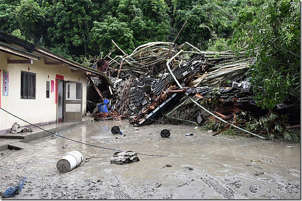南投地區大雨不斷,名間鄉仁和村更傳出土石流災情,位於山腳巷的民宅首當其衝,有3棟被淹沒。(南投縣政府提供)中央社記者吳哲豪傳真 108年8月16日