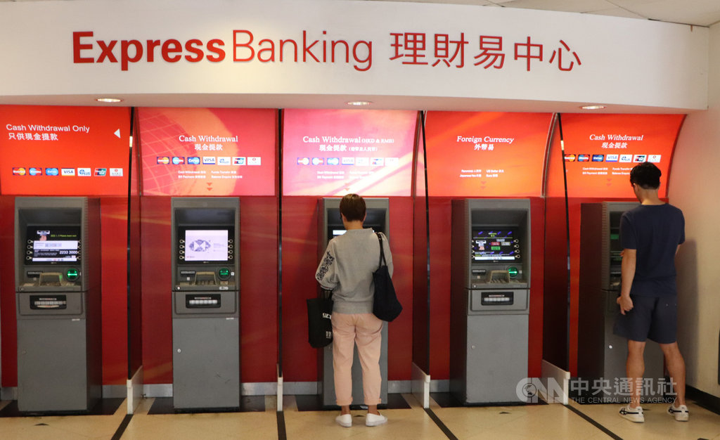 香港日前有「反送中」支持者呼籲透過在提款機提款來攻擊金融體系和銀行,但本地銀行的提款機16日看來未受影響。圖為匯豐銀行灣仔分行的自動提款機。中央社記者張謙香港攝 108年8月16日