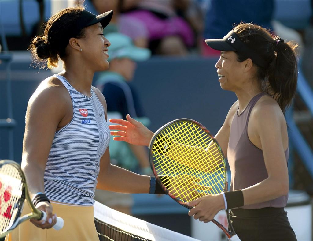 日本名將大坂直美(左)在辛辛那提網球賽中擊敗台灣好手謝淑薇(右),挺進辛辛那提網賽女單8強。(共同社提供)