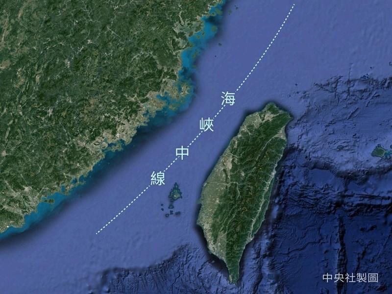 媒體報導,兩週前有大批中國戰機逼近台海中線,國防部16日回應表示,報導內容非屬事實。圖為台灣海峽中線位置示意圖。(中央社製圖)