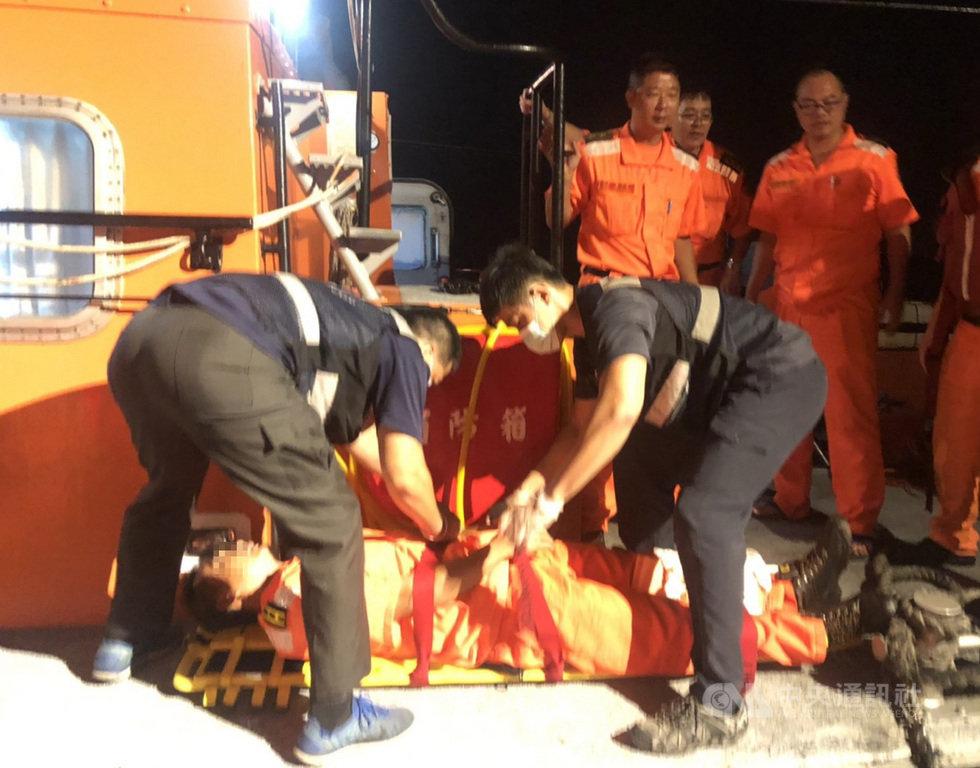金門海巡隊2艘巡防艇14日晚間在金門復興嶼海域取締大陸漁船時,因突如其來的長浪造成2名隊員輕重傷,巡防艇在控制陸船後,立即將2人護送就醫,所幸無大礙。(金門海巡隊提供)中央社記者黃慧敏傳真 108年8月16日