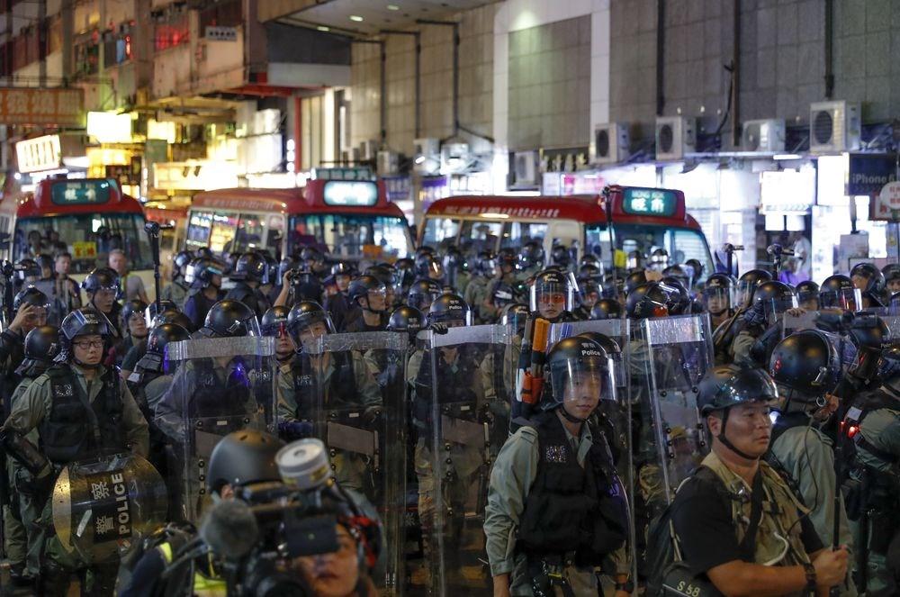香港「反送中」示威者17日下午舉行「光復紅土」遊行,晚間5時許在地鐵黃埔站結束,部分示威者轉往旺角包圍警署,晚間7時許,警方兵分多路,快速清場,示威者也隨即四散離去。(美聯社)
