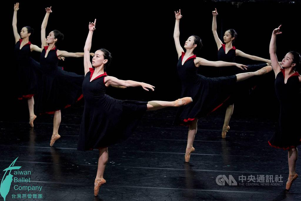 台灣芭蕾舞團17日在台灣戲曲中心演出舞作「飛翔」,重頭戲為下半場由藝術總監莊媛婷運用台灣作曲家蕭泰然的D大調小提琴協奏曲所編創的舞蹈。(台灣芭蕾舞團提供)中央社記者洪健倫傳真 108年8月17日
