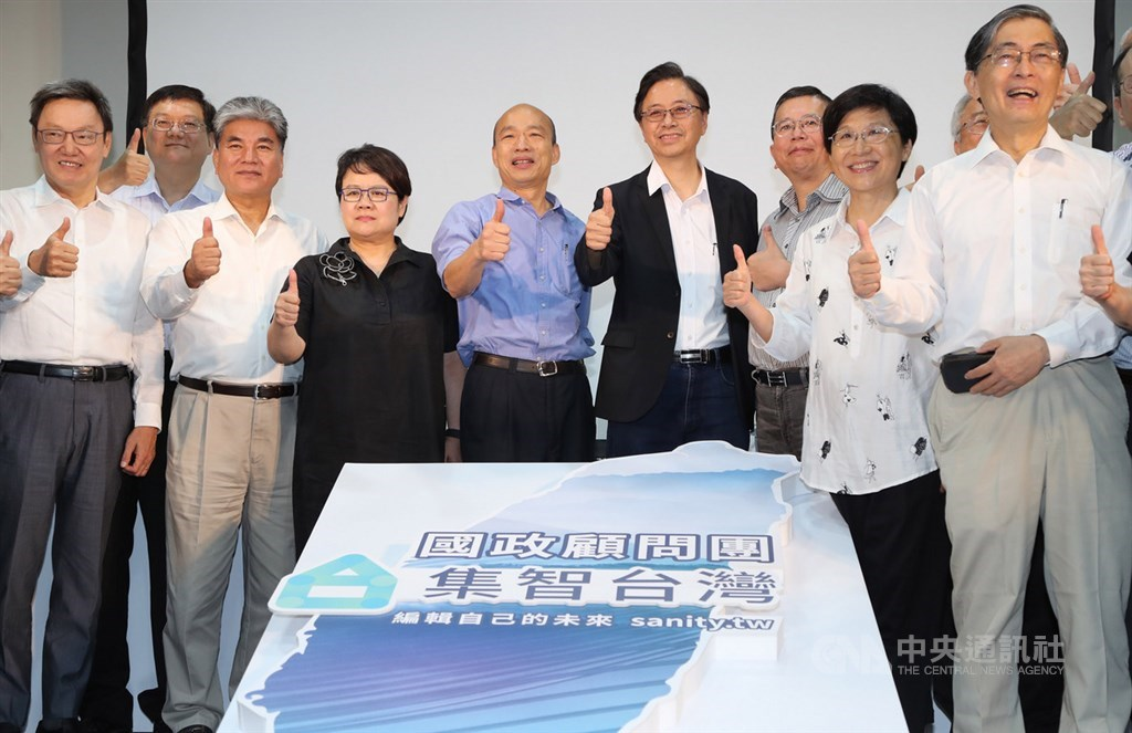 國民黨提名總統參選人韓國瑜(左5)的國政顧問團17日在台北正式成軍,韓國瑜及顧問團總召張善政(左6)等人出席,共同公布國政顧問團名單。中央社記者張皓安攝 108年8月17日