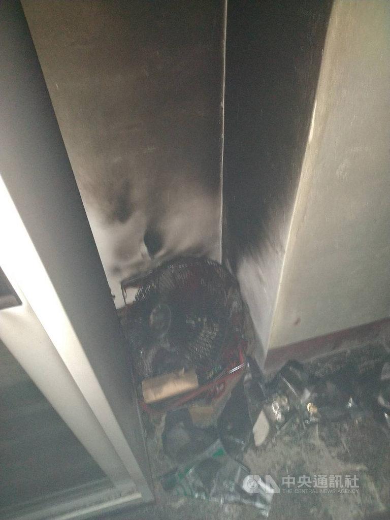 花蓮市農會位在中山路的地下一樓金庫17日上午冒出濃煙,消防人員到場撲滅起火的電風扇,所幸現金、票券都未受波及。(民眾提供)中央社記者張祈傳真 108年8月17日